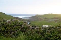 Mening over de steenmuur naar de Atlantische Oceaan, dichtbij Doolin Royalty-vrije Stock Afbeelding