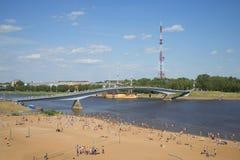 Mening over de voetbrug over de Volkhov-rivier een zonnige dag in juli Veliky Novgorod, Rusland Stock Afbeeldingen