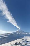 Mening over de Vulkaan van uitbarstingsklyuchevskoy - actieve vulkaan van Kamchatka Stock Foto's