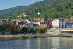 Mening over de waterkant van de Neckar in het midden van de stad Heidelberg, Duitsland - September 3 2017 , Duitsland - Septem Royalty-vrije Stock Afbeelding