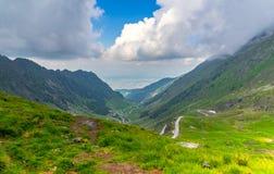 Mening over de weg en de bergen van Transfagarasan Royalty-vrije Stock Foto