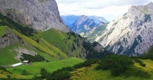 Mening over een alp (gramai) in de karwendelbergen van de Europese alpen stock afbeeldingen