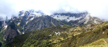 Mening over een berggezicht in de Oostenrijkse alpen Stock Foto