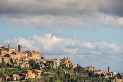 Mening over een dorp in Toscanië, Italië stock foto's