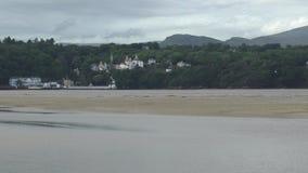Mening over een estuarium naar Snowdonia stock video