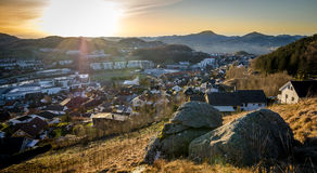 Mening over een kleine stad in Noorwegen royalty-vrije stock afbeelding