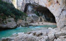 Mening over een rivier in bergen Royalty-vrije Stock Foto's
