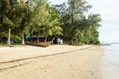 Mening over een stil en unpopulated strand in Phuket - Thailand-2 stock foto