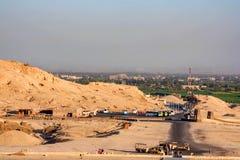 Mening over Egyptische Luxor-stad van Hatshepsut-Tempel Stock Foto's