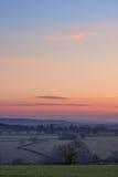 Mening over Engels platteland bij zonsondergang Stock Foto's