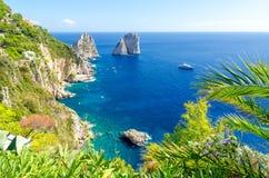 Mening over Faraglioni-rotsen op Capri-eiland, Campania, Italië stock foto