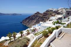 Mening over Fira Santorini, Griekenland met zijn typische witte huizen Stock Afbeeldingen