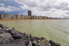 Mening over flatgebouwen op een strandboulevardpromenade in Oostende, België stock afbeeldingen