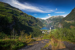 Mening over Geiranger-fjord van Flydalsjuvet stock foto's