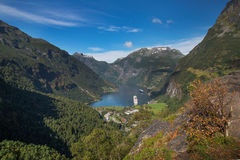 Mening over Geiranger-fjord van Flydalsjuvet royalty-vrije stock foto's
