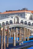 Mening over Grand Canal met Rialto Bridge Ponte DE Rialto en gondels, Venetië, Italië Royalty-vrije Stock Fotografie