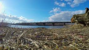 Mening over grote stad over rivier, verkeer op brug, daglicht stock footage