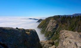 Mening over het berglandschap en over de wolken stock afbeeldingen