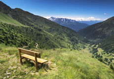 Mening over het bergpanorama met bank in Ponte Di Legno stock foto's