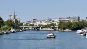 Mening over het centrum van Parijs en zijn rivier, de Zegen, tijdens de zomer stock videobeelden