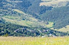 Mening over het dorp van de Alp Stock Afbeeldingen