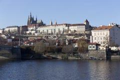 Mening over het gotische Kasteel van de herfstpraag boven Rivier Vltava, Tsjechische Republiek Stock Foto's