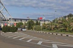 Mening over het grondgebied van de luchthaven van Sotchi en de Aeroexpress-terminal, Adler, Krasnodar-gebied, Rusland Stock Afbeeldingen