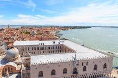 Mening over het hertogelijke paleis en het oosten van Venetië Stock Afbeeldingen