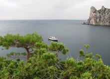 Mening over het het lopen schip in een baai in de Krim Stock Foto's