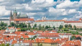 Mening over het kasteel van Praag van Charles Bridge-toren timelapse