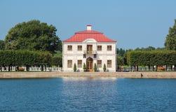 Mening over het Mergelpaleis Peterhof, heilige-Petersburg, Rusland Royalty-vrije Stock Foto