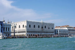 Mening over het Paleis van de Doge in Venetië van het overzees in Venetië Royalty-vrije Stock Afbeeldingen