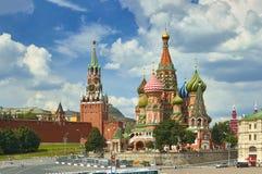Mening over het Rode Vierkant van Moskou, de torens van het Kremlin, sterren en Klok Kuranti, de kerk van de het Basilicum` s Kat