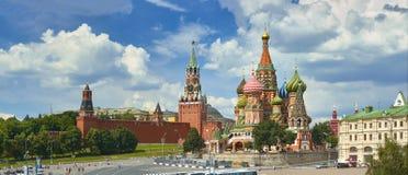 Mening over het Rode Vierkant van Moskou, de torens van het Kremlin, sterren en Klok Kuranti, de kerk van de het Basilicum` s Kat stock foto