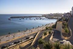 Mening over het strand en de haven van Sines, Portugal stock foto
