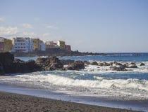 Mening over het strand van Playa Jardin met blauwe overzeese horizon, rots en kleur stock fotografie