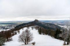 Mening over Hohenzollern-Kasteel van Zeller-Hoorn in de wintertijden, Duitsland stock foto