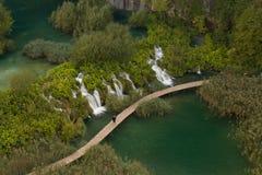 Mening over houten brug in het Nationale Park van Plitvice, Kroatië Royalty-vrije Stock Foto