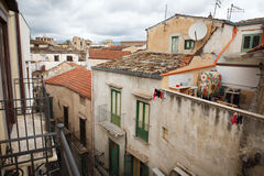 Mening over huisdaken in smalle straat Royalty-vrije Stock Foto