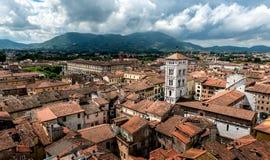 Mening over Italiaanse stad Luca Stock Afbeelding