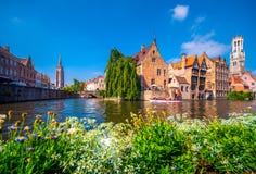Mening over kanaal bij de middeleeuwse stad van Brugge in daglicht stock foto