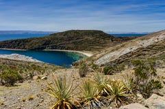 Mening over La-isla del Sol met blauw Hemelwater en bomenmeer T Stock Foto