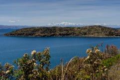 Mening over La-isla del Sol met blauw Hemelwater en bomenmeer T Stock Foto's