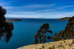 Mening over La-isla del Sol met blauw Hemelwater en bomenmeer T Royalty-vrije Stock Foto's