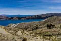 Mening over La-isla del Sol met blauw Hemelwater en bomenmeer T Stock Afbeeldingen