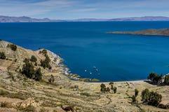 Mening over La-isla del Sol met blauw Hemelwater en bomenmeer T Stock Fotografie