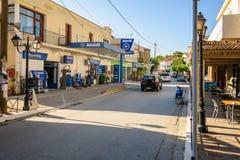 Mening over lokale die benzinepost, binnenshuis van Vrysos-stad wordt gevestigd Stock Afbeelding