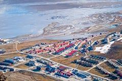 Mening over Longyearbyen van hierboven, Svalbard Stock Foto's