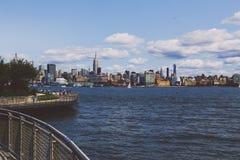 Mening over Manhattan en de Hudson-rivier van Hoboken-rivereside Stock Fotografie