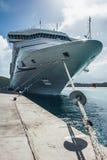 Mening over massieve die boeg van het Cruiseschip door de pijler wordt gedokt royalty-vrije stock foto's